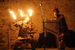 Ce spectacle de feu, issu de la rencontre entre un jongleur et un percussionniste, crée une animation médiévale féérique fantastique qui réjouira aussi bien une fête du moyen-âge, un festival d'art vivant, un événement qu'une cour de château.