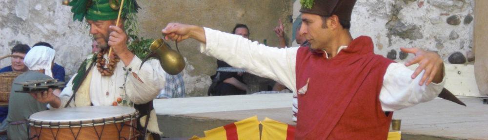 Un jongleur et un percussionniste se baladent et font des spectacles courts et décalés en différents endroits d'une fête médiévale ou d'un événement. Leurs déambulations amènent de la vie à la fête, une ambiance médiévale tantôt poétique, tantôt énergique, tantôt absurde. Procédez à un rapide voyage temporel vers www.ciedupetitgrimoire.ch.
