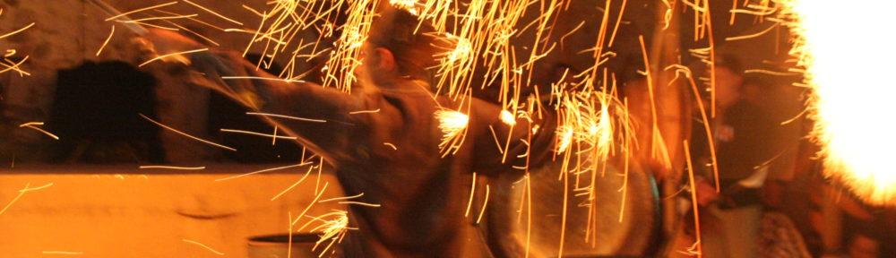 Ce spectacle de feu, issu de la rencontre entre un jongleur et un percussionniste, crée une animation médiévale féérique fantastique qui réjouira aussi bien une fête du moyen-âge, un festival d'art de rue, un événement privé, qu'une cour de château. Procédez à un rapide voyage temporel vers www.ciedupetitgrimoire.ch.