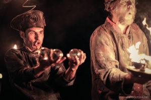 Ce spectacle de feu, issu de la rencontre entre un jongleur et un percussionniste, crée une animation médiévale féérique fantastique qui réjouira aussi bien une fête du moyen-âge, un festival d'art de rue, un événement privé, qu'une cour de château. Procédez à un rapide voyage temporel vers www.ciedupetitgrimoire.ch
