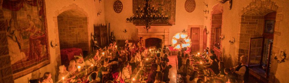 Ce spectacle lumineux associe le jonglage à la percussion avec une belle touche théâtrale. Il s'intègre facilement dans une fête médiévale, une soirée ou un château, en créant une animation féérique poétique. Procédez à un rapide voyage temporel vers www.ciedupetitgrimoire.ch.