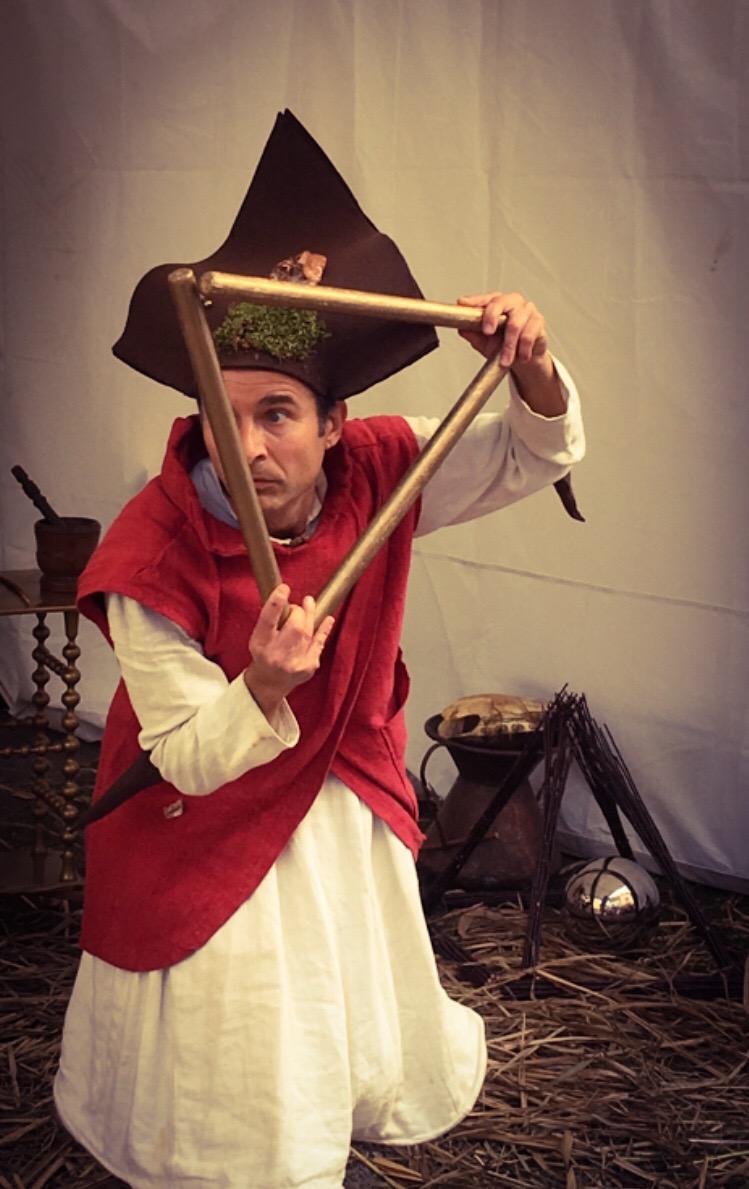 Triangle d'or. Ce spectacle, issu de la rencontre entre un jongleur et un percussionniste, crée une animation médiévale féérique fantastique qui réjouira aussi bien une fête du moyen-âge, un festival d'art de rue, un événement privé, qu'une cour de château. Procédez à un rapide voyage temporel versciedupetitgrimoire.ch