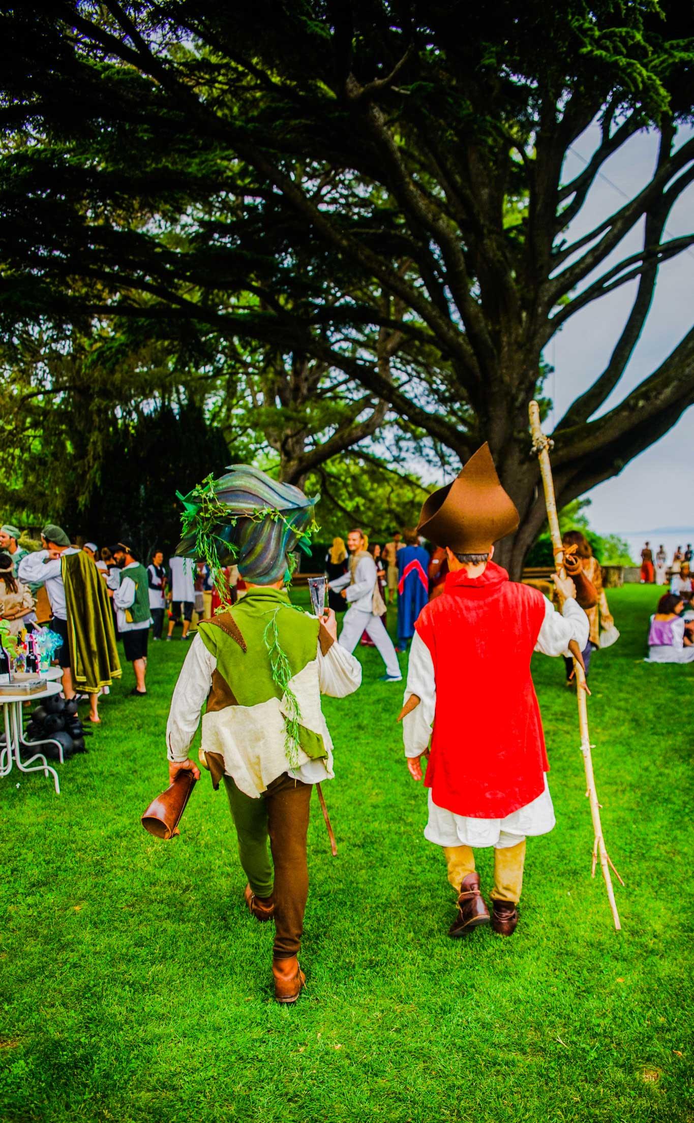 Balade des alchimistes de la Cie du Petit Grimoire, animation d'un apéritif. Un jongleur et un percussionniste se baladent et font des spectacles courts et décalés en différents endroits d'une fête médiévale ou d'un événement. Leurs déambulations amènent de la vie à la fête, une ambiance médiévale tantôt poétique, tantôt énergique, tantôt absurde. Procédez à un rapide voyage temporel vers www.ciedupetitgrimoire.ch.