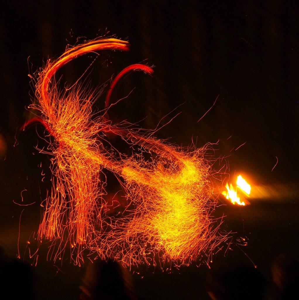 Cie du Petit Grimoire, le feu médiéval virevolte dans la cour du château.