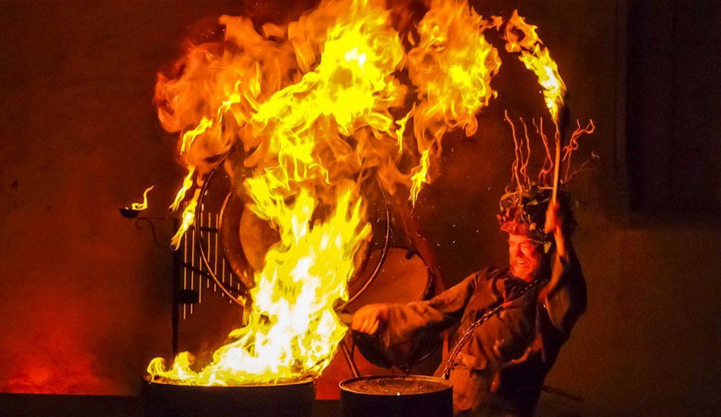 Spectacle de percussions en feu.
