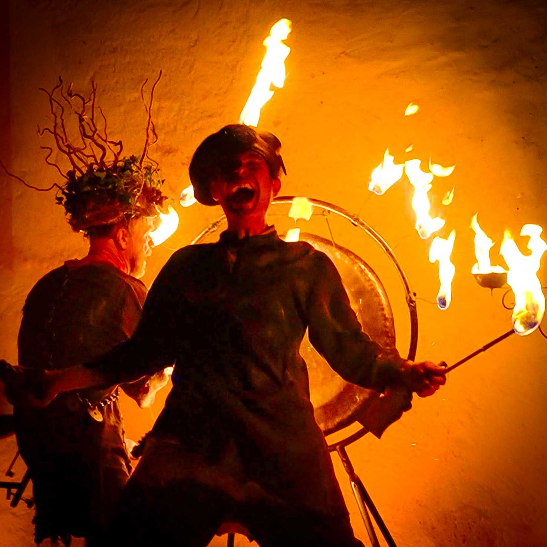 Spectacle jonglage de feu, performance médiévale
