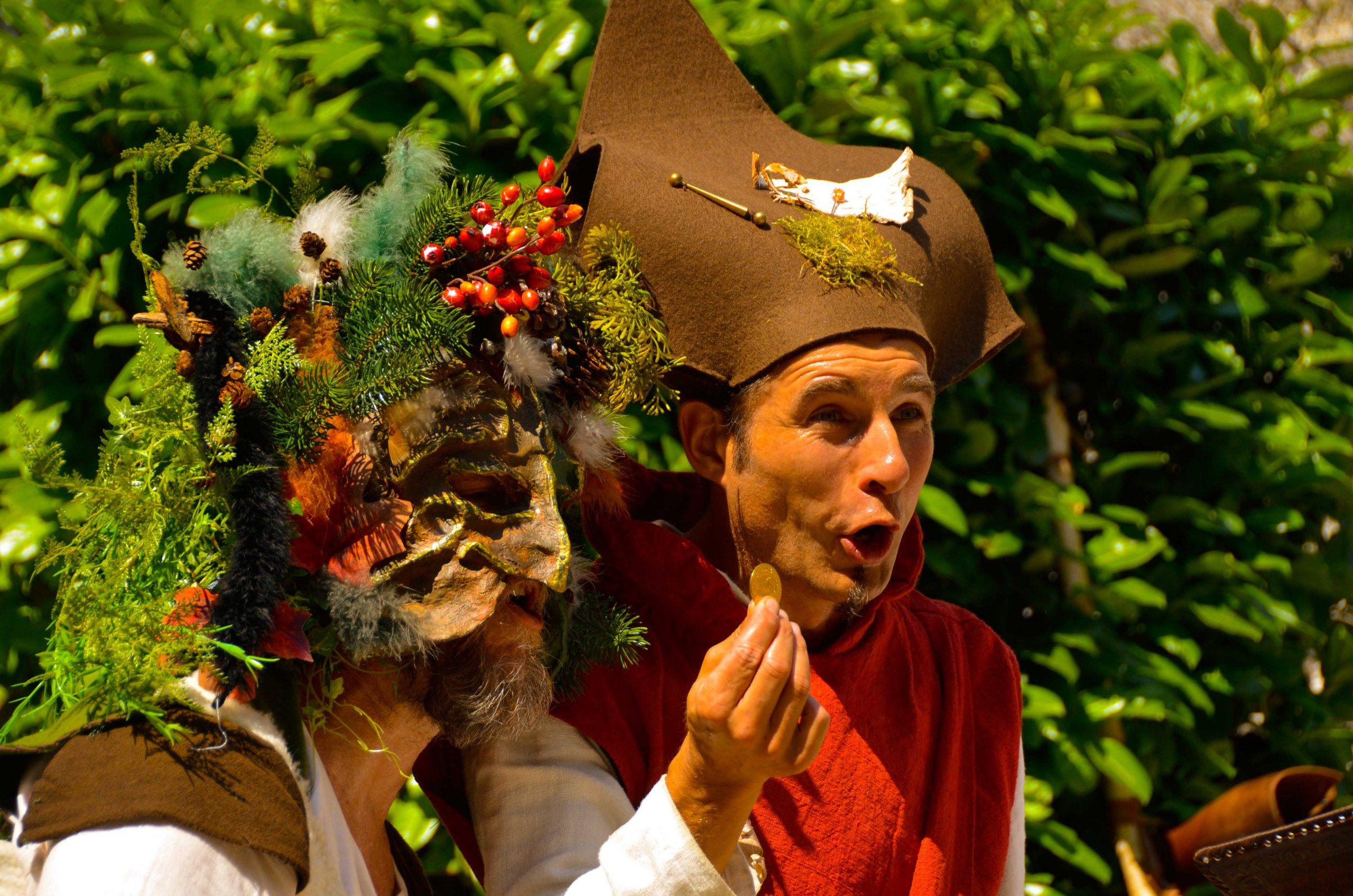 Ce spectacle, issu de la rencontre entre un jongleur et un percussionniste, crée une animation médiévale féérique fantastique qui réjouira aussi bien une fête du moyen-âge, un festival d'art de rue, un événement privé, qu'une cour de château. Procédez à un rapide voyage temporel versciedupetitgrimoire.ch