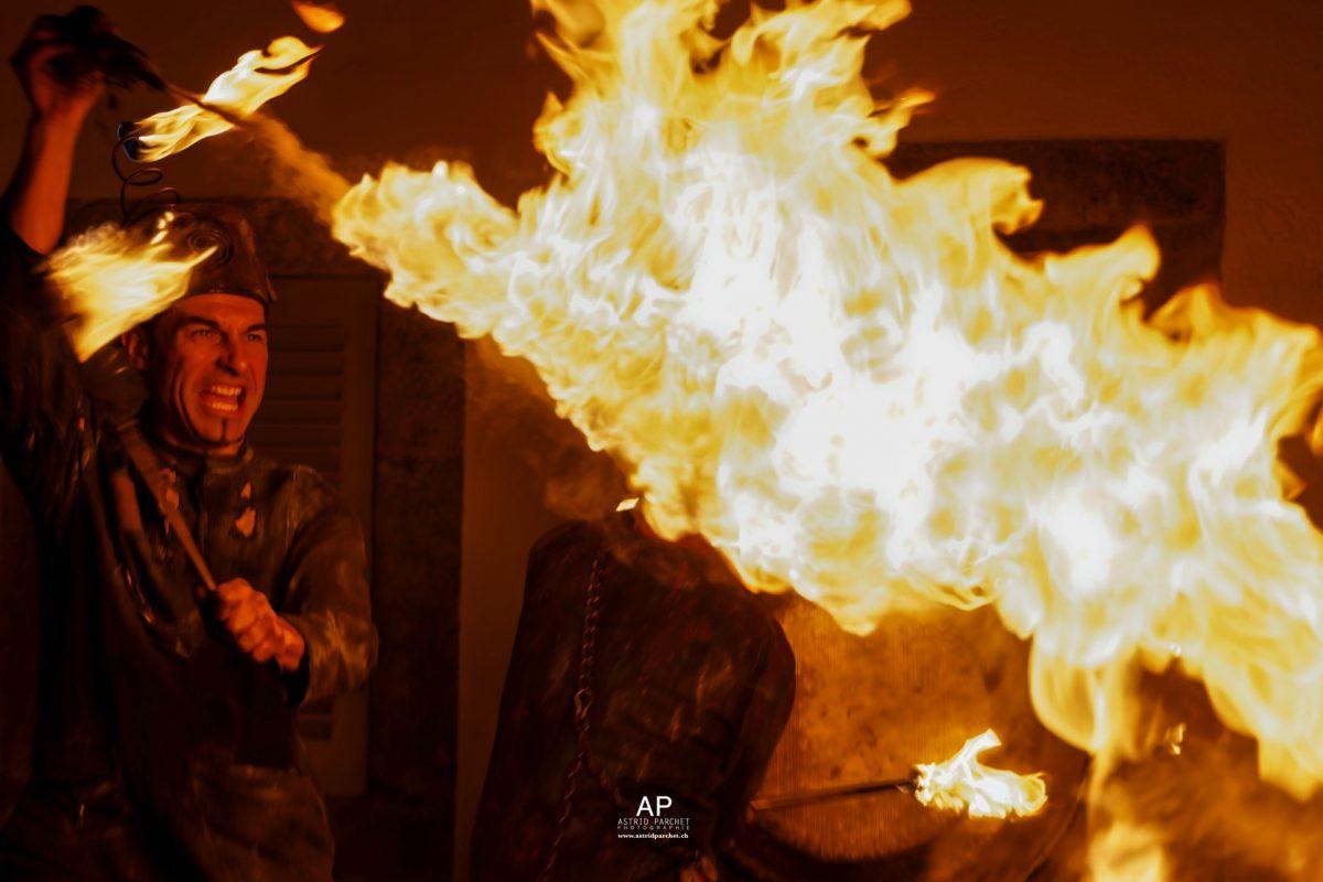 Pulvis aspergo! Ce spectacle de feu, issu de la rencontre entre un jongleur et un percussionniste, crée une animation médiévale féérique fantastique qui réjouira aussi bien une fête du moyen-âge, un festival d'art de rue, un événement privé, qu'une cour de château. Procédez à un rapide voyage temporel vers www.ciedupetitgrimoire.ch.