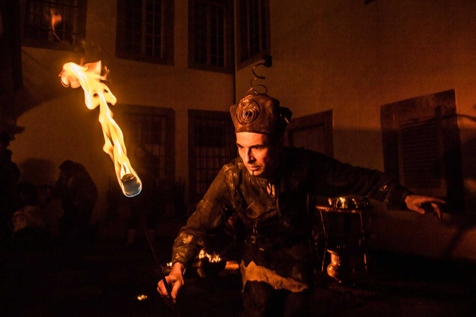 Un jongleur de feu médiéval à la maison de la Pierre de St-Maurice.