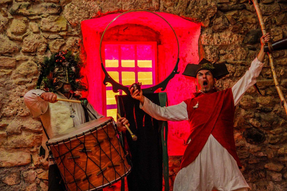 Animation Un jongleur et un percussionniste se baladent et font des spectacles courts et décalés en différents endroits d'une fête médiévale ou d'un événement. Leurs déambulations amènent de la vie à la fête, une ambiance médiévale tantôt poétique, tantôt énergique, tantôt absurde. Procédez à un rapide voyage temporel vers www.ciedupetitgrimoire.ch.
